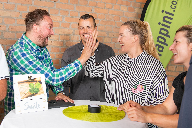 Team macht happini Uebungen im Tagungsraum