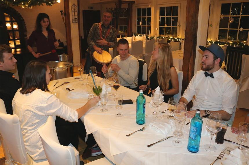 Nach dem Dinner wird am Tisch mit dem ganzen Team getrommelt