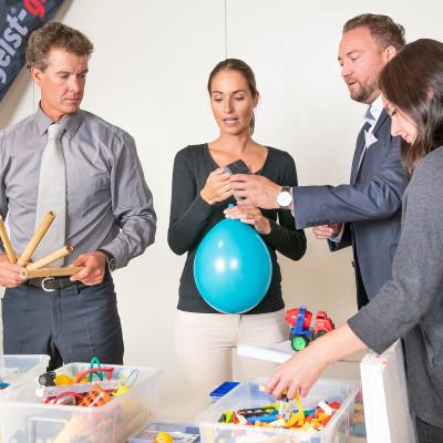 Team baut eine Impulsreaktion im Tagungsraum