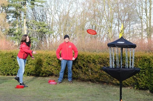 frau spielt frisbee golf