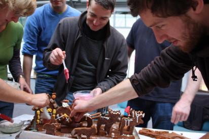 Gruppe beim Lebkuchenhausgestalten