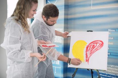 Staffelei Leinwand Teamkunst Pinsel Farbe