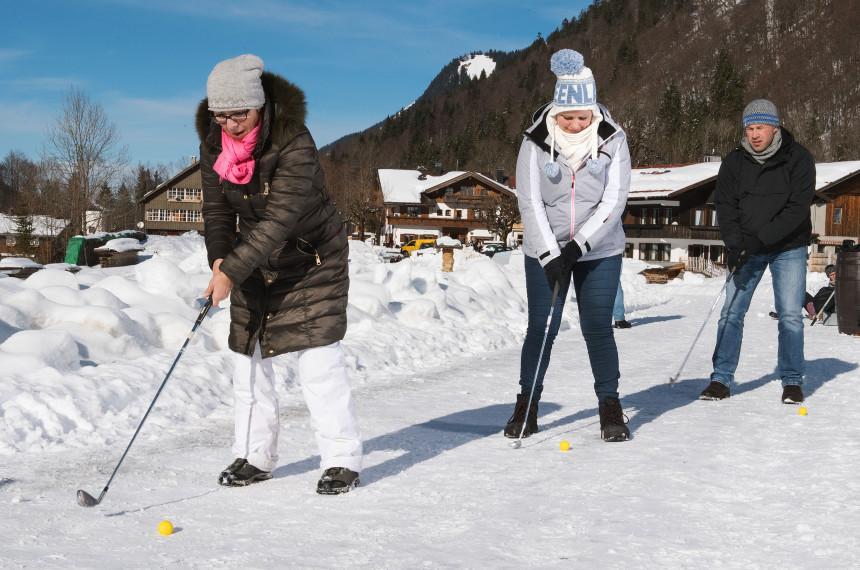 Golf spielen im Schnee mit dem Team