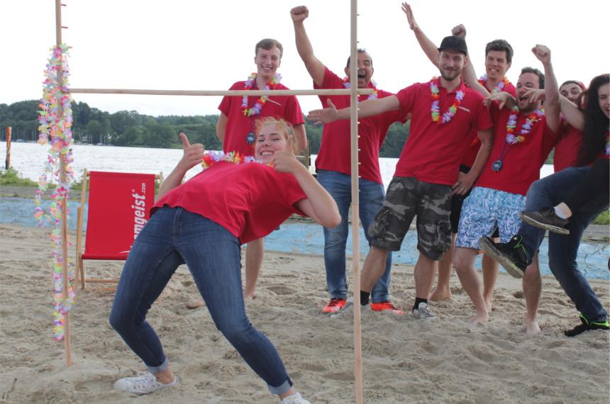 Team am Strand beim Limbo