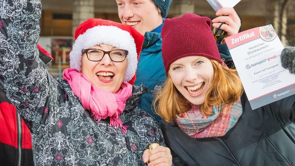 Zwei jubelnde Frauen im Winter