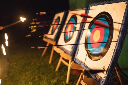 Nacht Bogenschießen Zielscheibe Pfeile