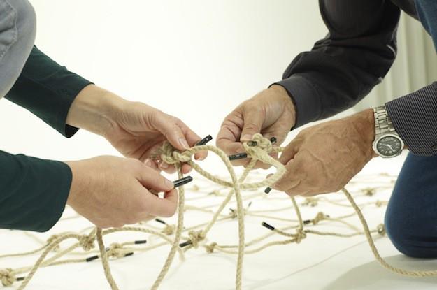 Zwei Paar Hände bauen ein Netz-Wiesbaden