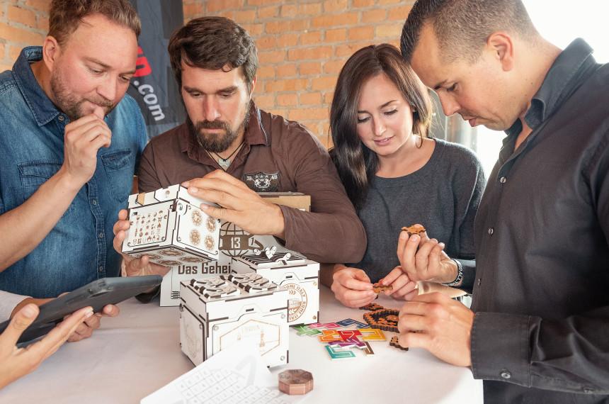 Team versucht die Rätsel des Escape Games zu lösen