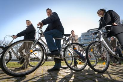 Leute sitzen auf Fahrrad-Resort Schwielowsee