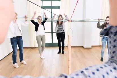 Team Indoor Holz Steine Strick Turm bauen