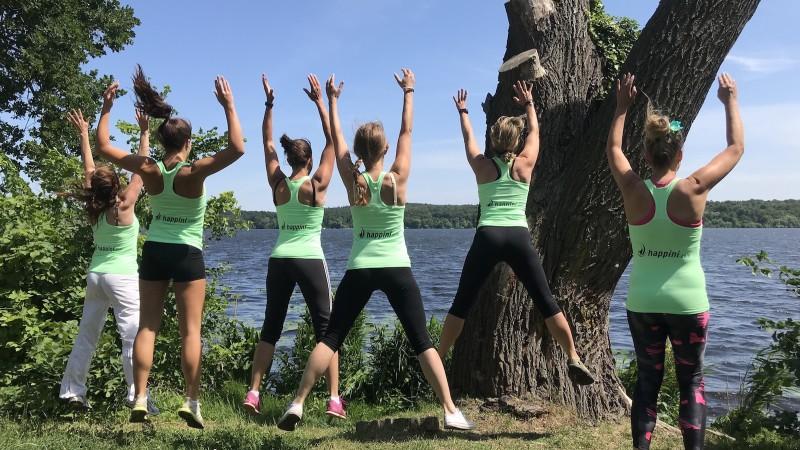 happini Gruppe springt beim Sport