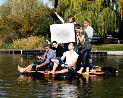 Flossbau Wien Gruppe auf gebautem Floß