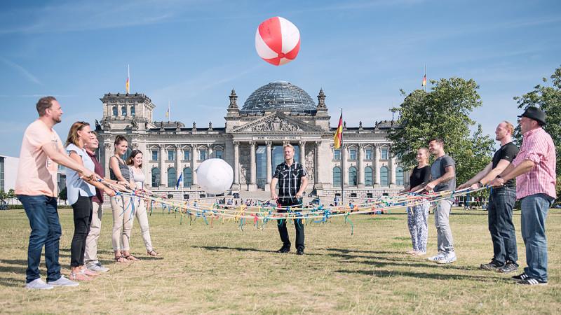 Team knüpft am Reichstag in Berlin ein großes Netz
