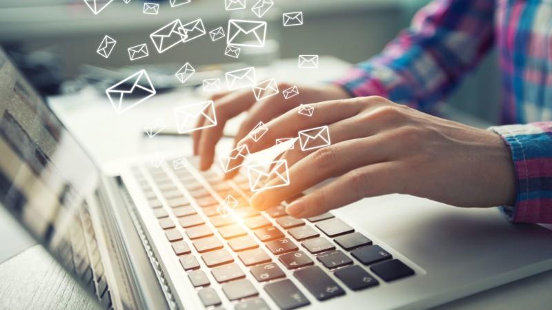 Mail Kommunikation Hände tippen auf Laptop