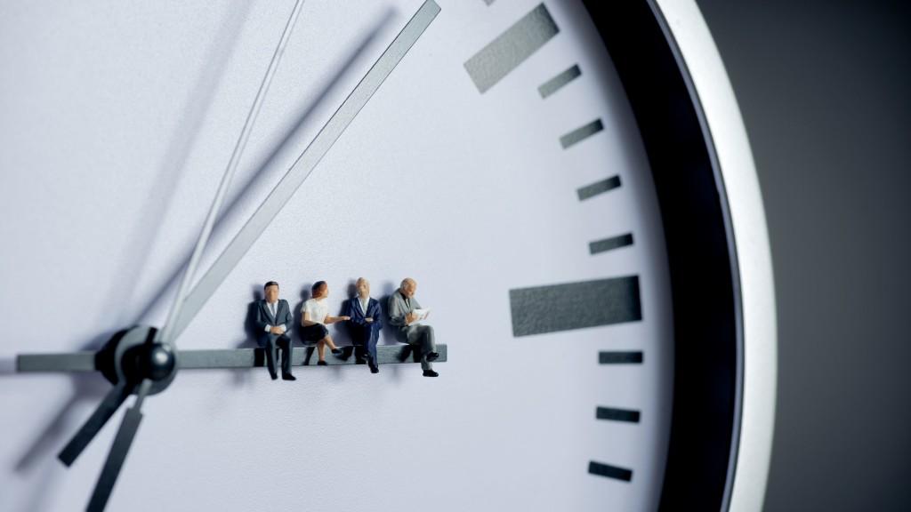 Uhr Team sitzt auf einem Zeiger Arbeitsrecht