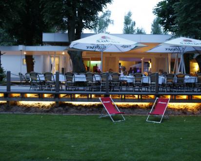 Blick auf ein Restaurant mit Stühlen im Vordergrund