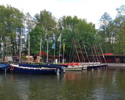 segelboote liegen in hafen