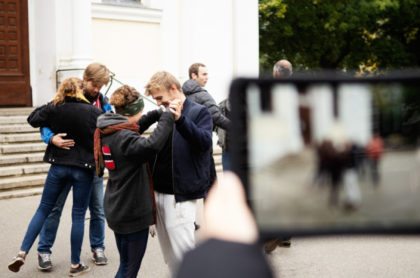 teamgeist Tabtour Wien Gruppe tanzt Wiener Walzer tablet filmt