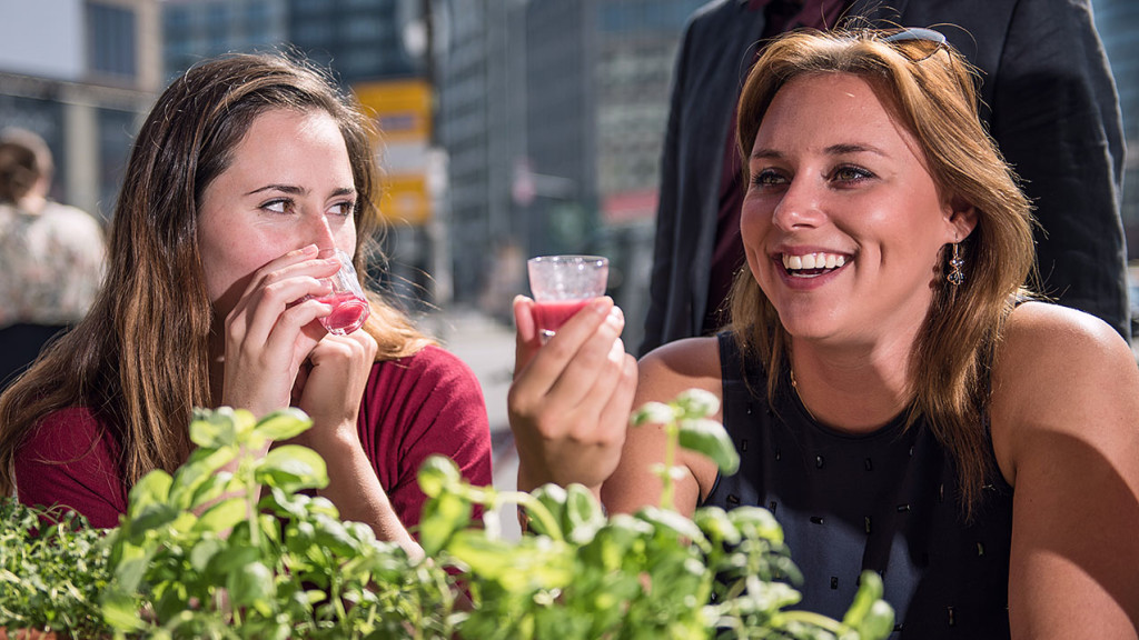 Zwei Frauen probieren einen Smoothie