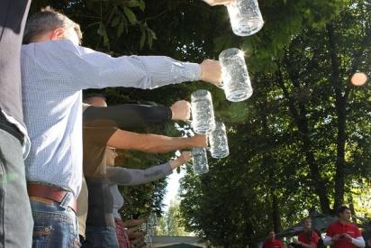 maenner halten bierkruege-Kiel