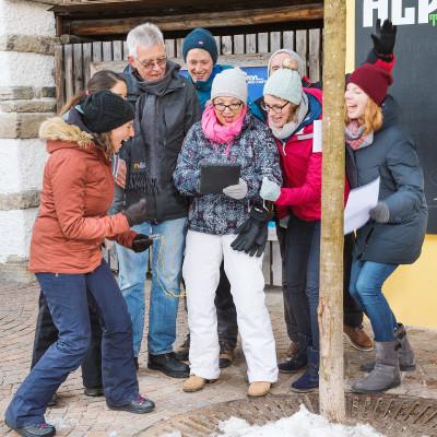 Team auf digitaler Schnitzeljagd im Winter