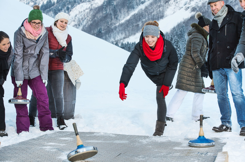 Team beim Eisstockschießen im Winter