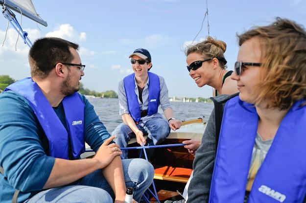 Mann und Frau auf Segelboot-Hamburg