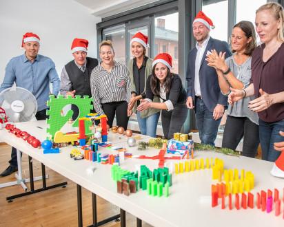 Team baut zur Weihnachtszeit eine Impulsreaktion
