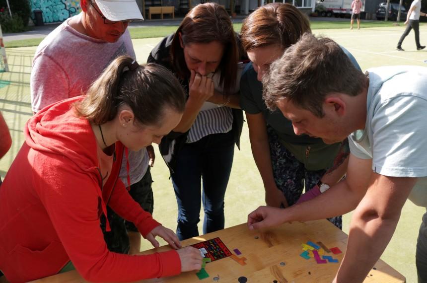 Trading City Gruppe löst Aufgabe Muster legen