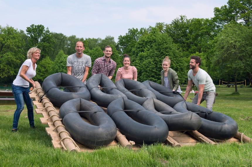 Flossbau Team Wiese umdrehen