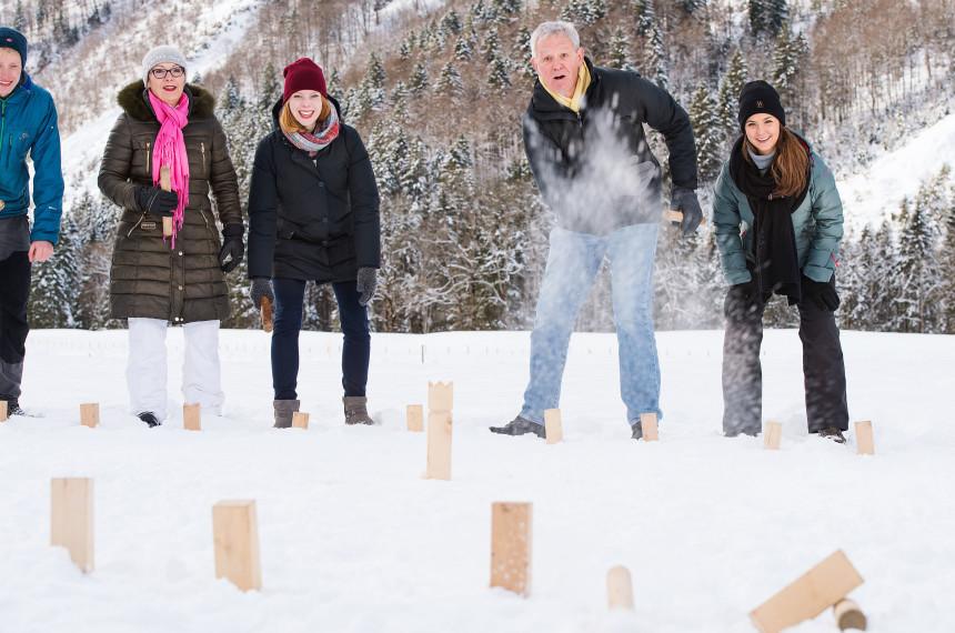 Team spielt im Winter Kubb
