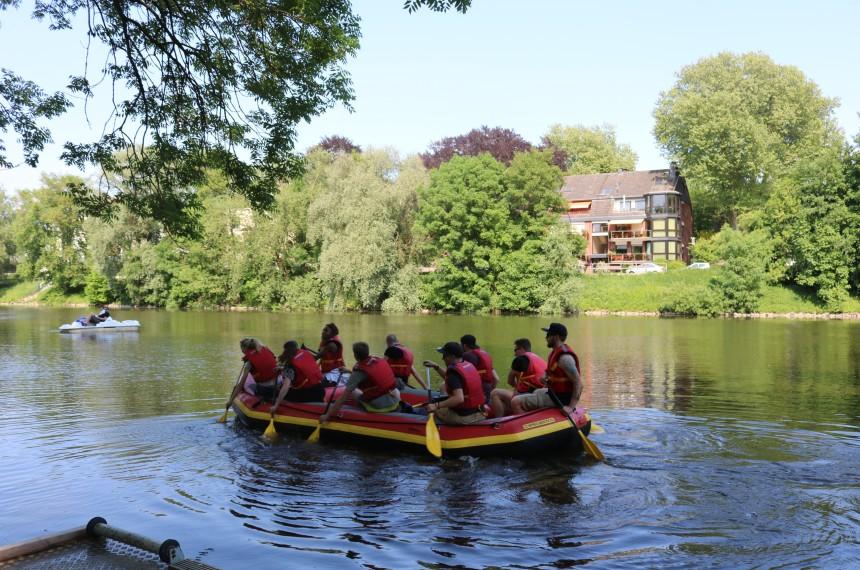Team von hinten Raft Schlauchboot Fluss