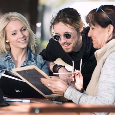 Drei Personen am Tisch