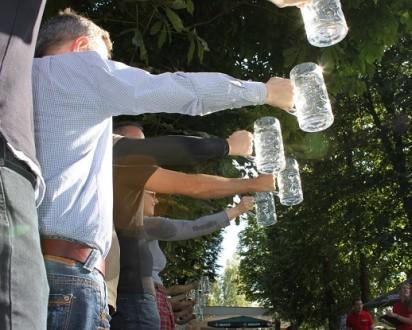 maenner halten bierkruege-Braunschweig