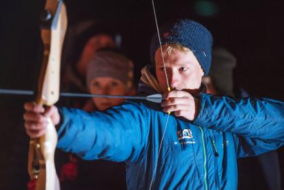 Bogenschießen bei Nacht im Winter