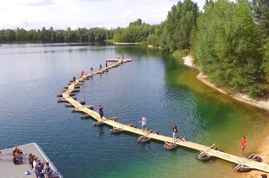 Bau einer schwimmenden Brücke über den See mit dem Team