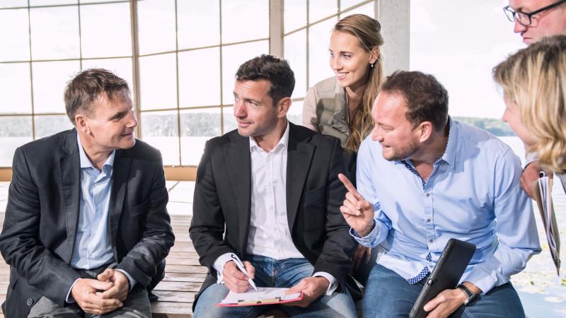 Management und Teambesprechung Personen diskutieren