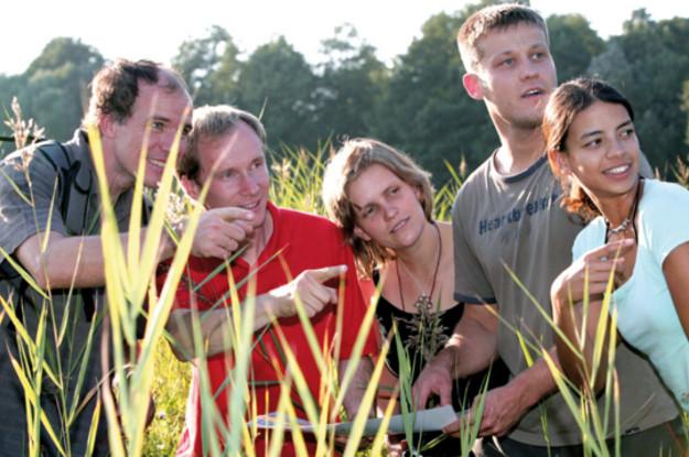 Gruppe von Menschen zeigt auf einen Punkt-Kolberg