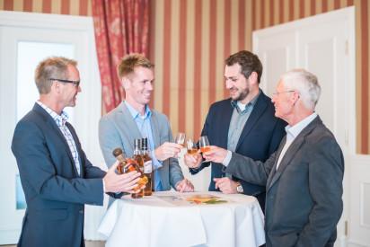 Whisky Tasting Gruppe trinkt Whisky anstoßen
