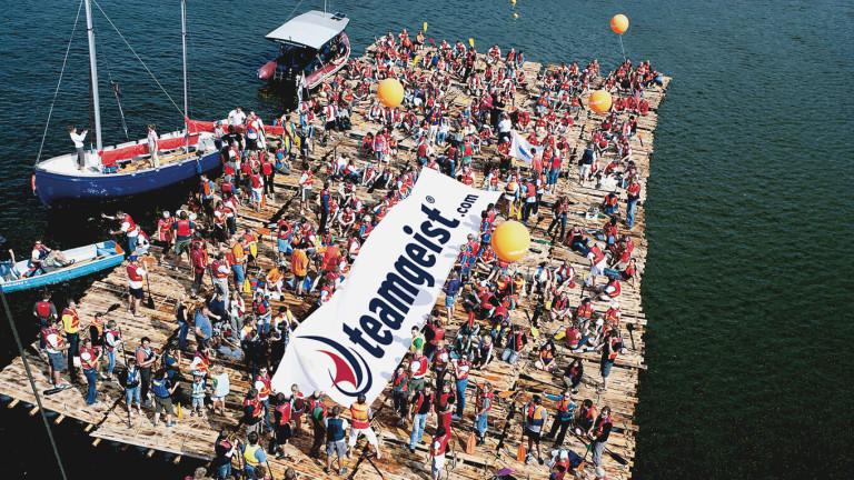 Flossbau Luftbild Großgruppe Segelboot teamgeist
