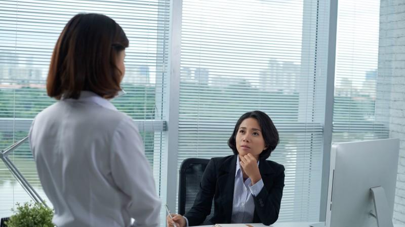 Gespräch Mitarbeiter und Chef im Büro