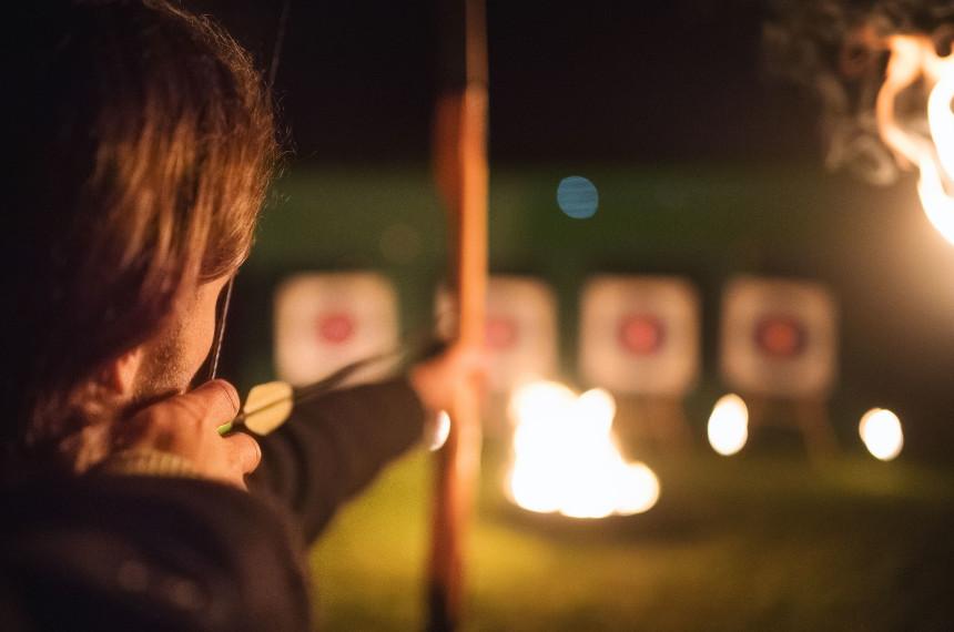 Nacht Bogenschießen Zielscheibe Feuer