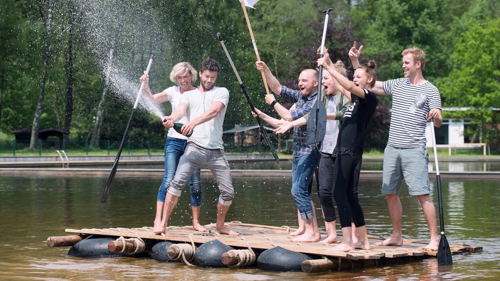 Floßbau ist ein spaßiges Outdoor-Event