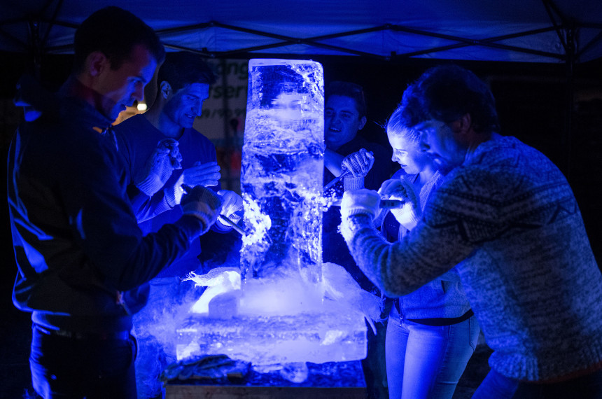 Eis Skulptur schnitzen Team