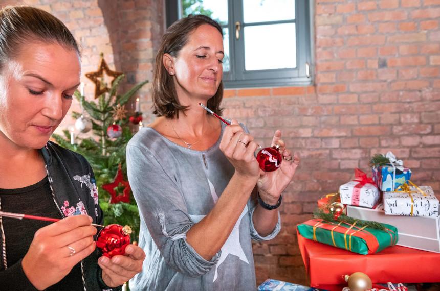 Kollegen feiern Weihnachtsfeier mit einem Teamevent
