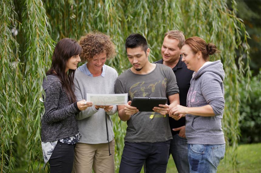 Team mit iPad und Karte rätselt wo die Rallye weitergeht
