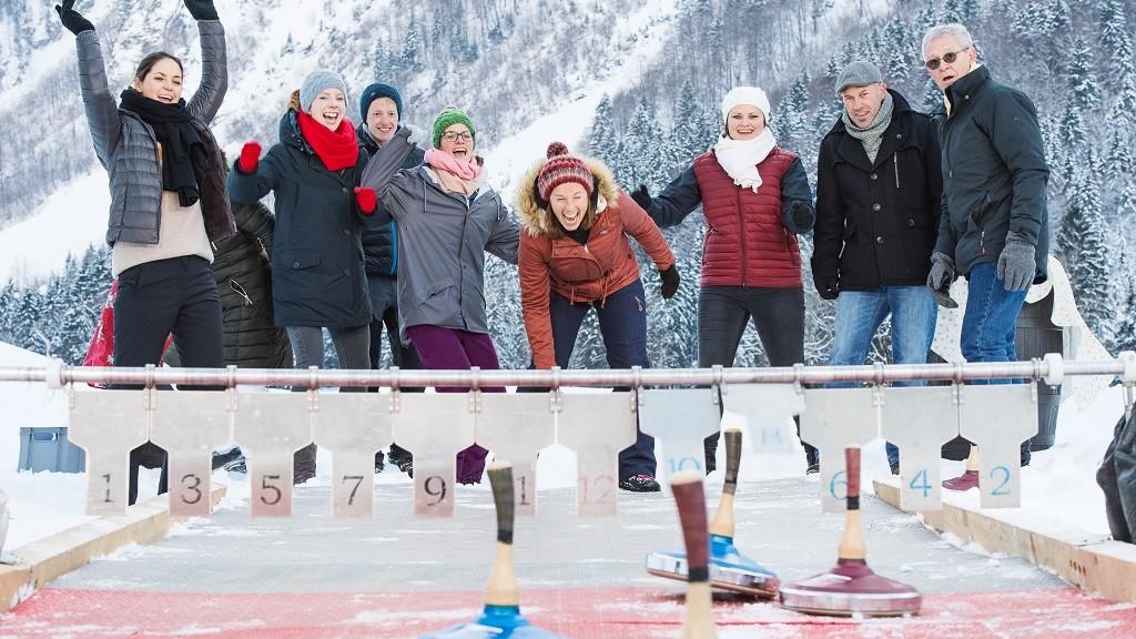 Jubelnde Menschen beim Eisstockschießen