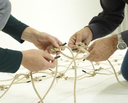 Zwei Paar Hände bauen ein Netz-Frankfurt