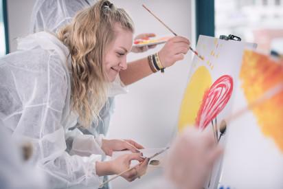 Staffelei Leinwand Team Kunst Pinsel Farbe