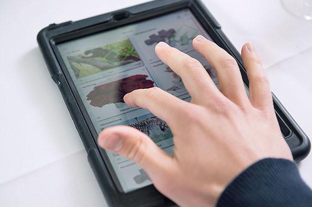 Tablet iPad Quiz App Tisch Hand Berlin